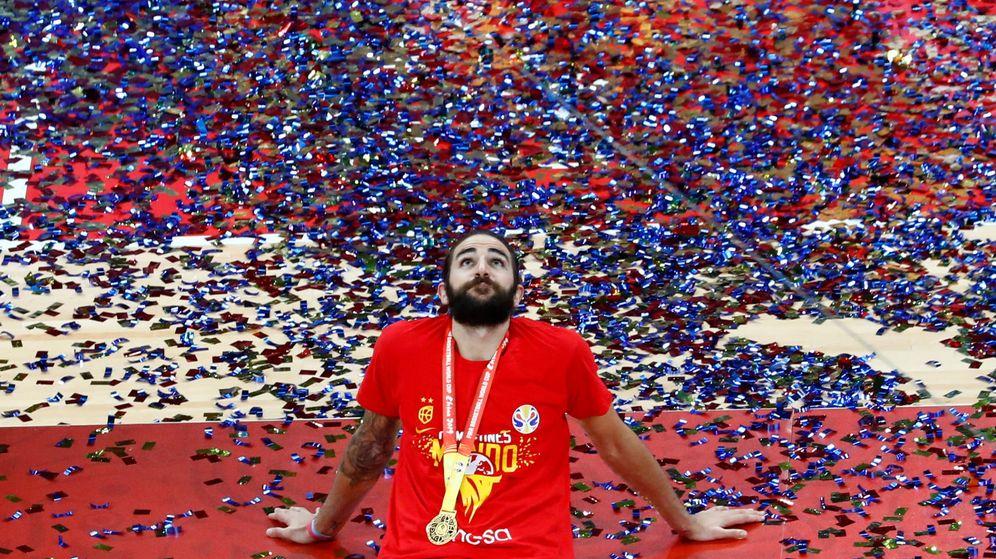Foto: Ricky Rubio, tendido sobre el parqué tras ganar el campeonato. (Reuters)