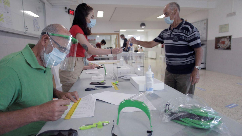 Mascarillas, pantallas, gel hidroalcohólico, distancia y tranquilidad en una jornada sin incidentes en Galicia (EFE)