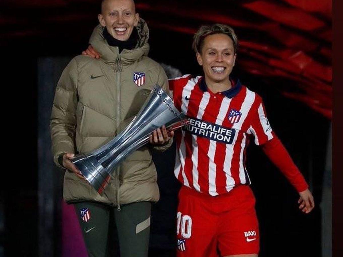 Foto: Virginia Torrecilla, con la Supercopa de España ganada por el Atlético de Madrid