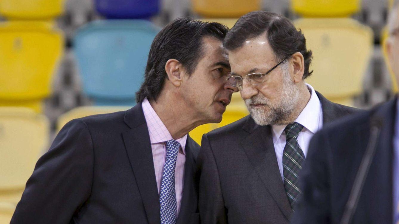 Foto: El ministro de Industria, Energía y Turismo, José Manuel Soria habla con el jefe del Ejecutivo Mariano Rajoy. (EFE)