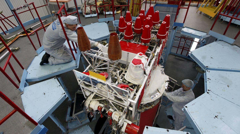 Un técnico trabaja en un satélite GLONASS-M en un centro ubicado en Zheleznogorsk, Siberia. (Reuters)