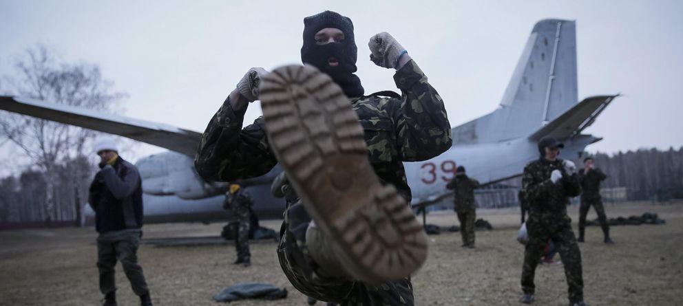 Foto: Miembros de un batallón de autodefensa de Kiev durante un entrenamiento cerca de la capital ucraniana (Reuters).
