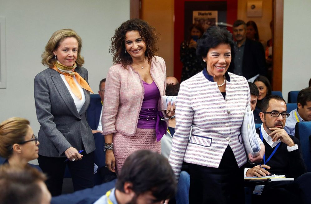 Foto: Isabel Celaá, junto con las ministras María Jesús Montero y Nadia Calviño, este 15 de octubre en La Moncloa. (EFE)
