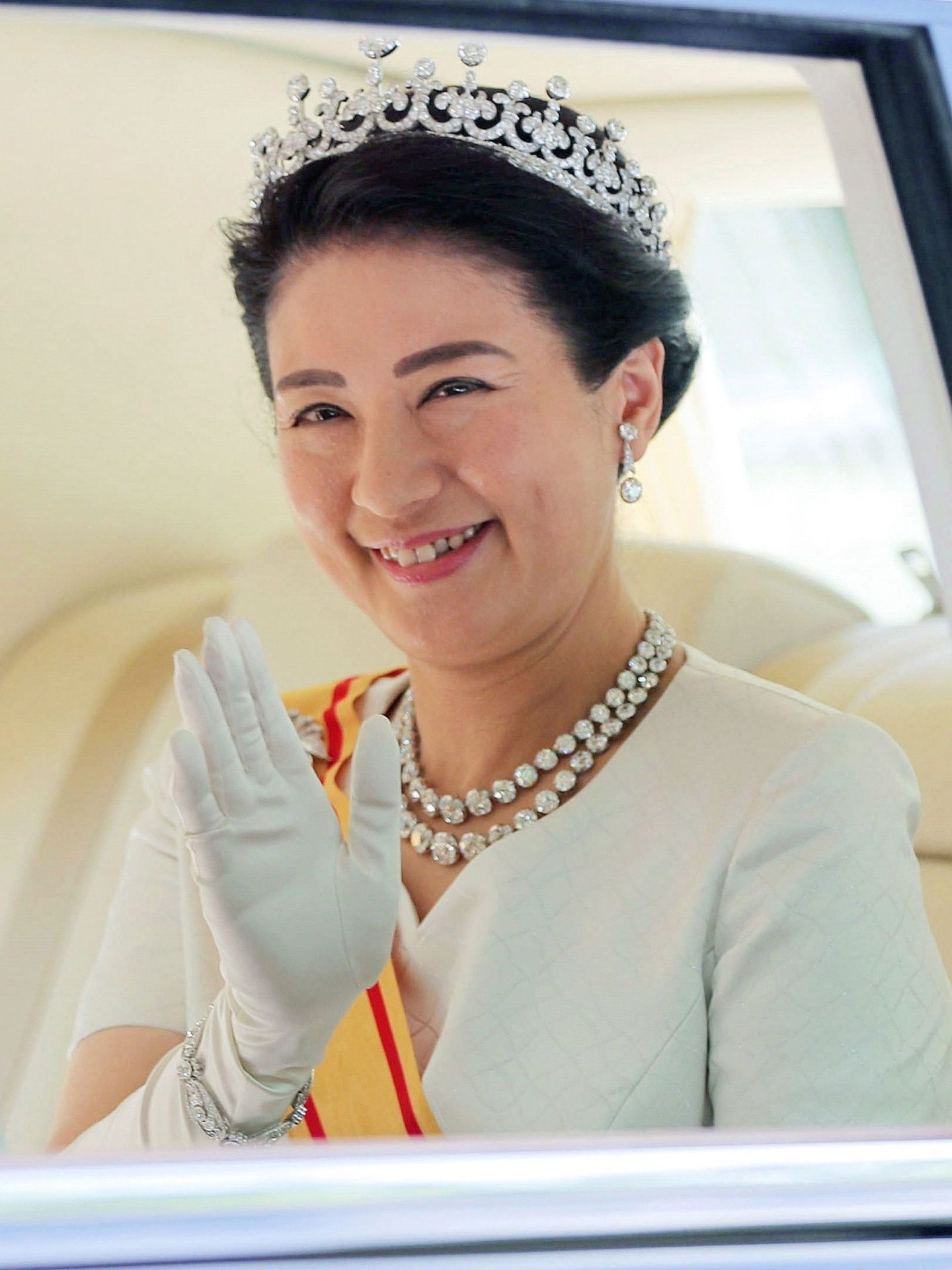 La nueva emperatriz de Japón, Masako  saluda a su llegada al Palacio Imperial, este miércoles, en Tokio (EFE)