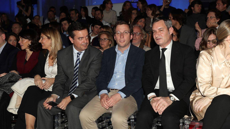 El front row del defile de Pedro del Hierro, con el alcalde Almeida. (EFE)