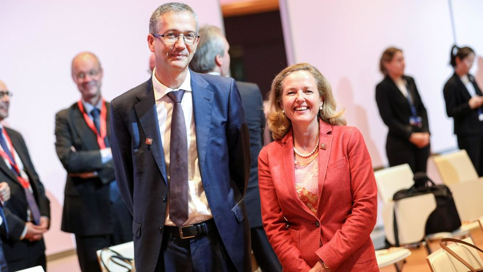 Foto: El gobernador del Banco de España, Pablo Hernández de Cos, y la titular de Economía, Nadia Calviño. (EFE)