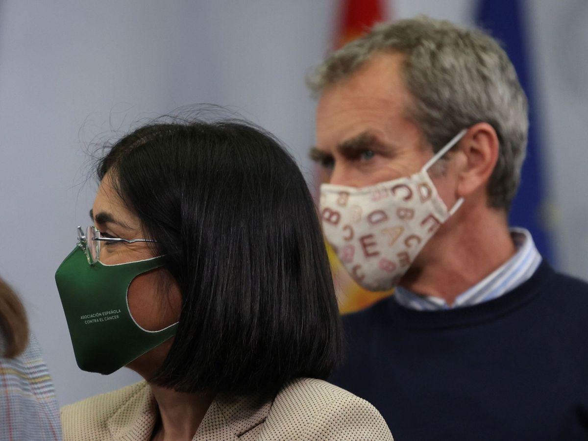 Foto: La ministra de Sanidad, Carolina Darias, y el director del Centro de Coordinación de Alertas y Emergencias Sanitarias, Fernando Simón, durante una rueda de prensa. (EFE)