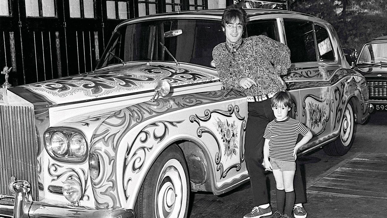 Foto: A finales de los sesenta, Rolls-Royce se convirtió en signo externo del éxito de una nueva generación, representada por John Lennon (en la imagen junto a su hijo), llena de música y color.