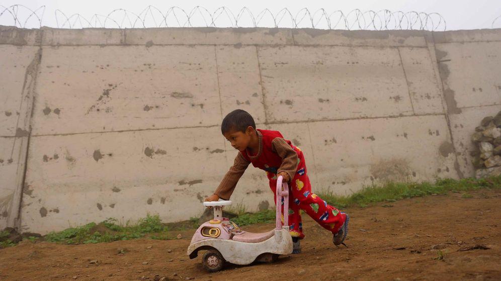 Foto: Un niño de una barriada juega junto a un muro del opulento barrio de Las Casuarinas, en Lima. (EFE)