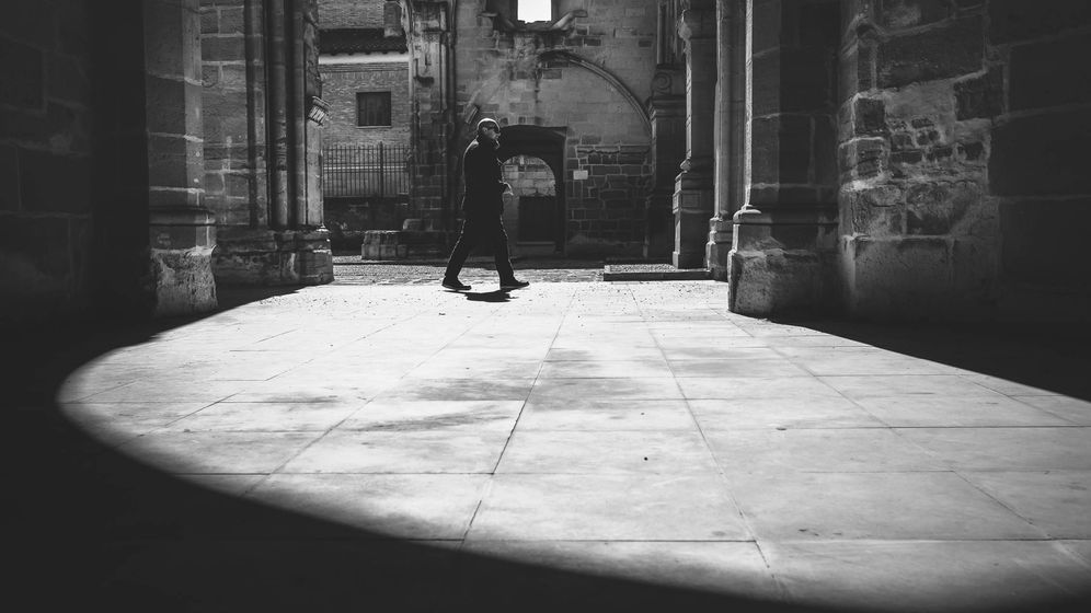 Foto: Un hombre camina por las ruinas de la iglesia de San Pedro en Viana (Navarra). Fuente: iStockMan walking in the ancients ruins of San Pedro,s church.