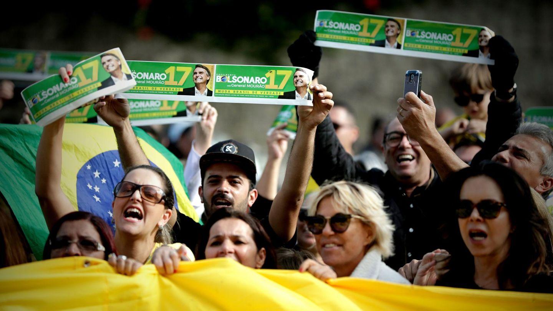 Seguidores del ultraderechista Jair Bolsonaro se reúnen ante el hospital Albert Einstein en Sao Paulo, Brasil. (EFE)