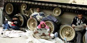 Mubarak preside la primera reunión del nuevo Gobierno; Tahrir sigue pidiendo su marcha