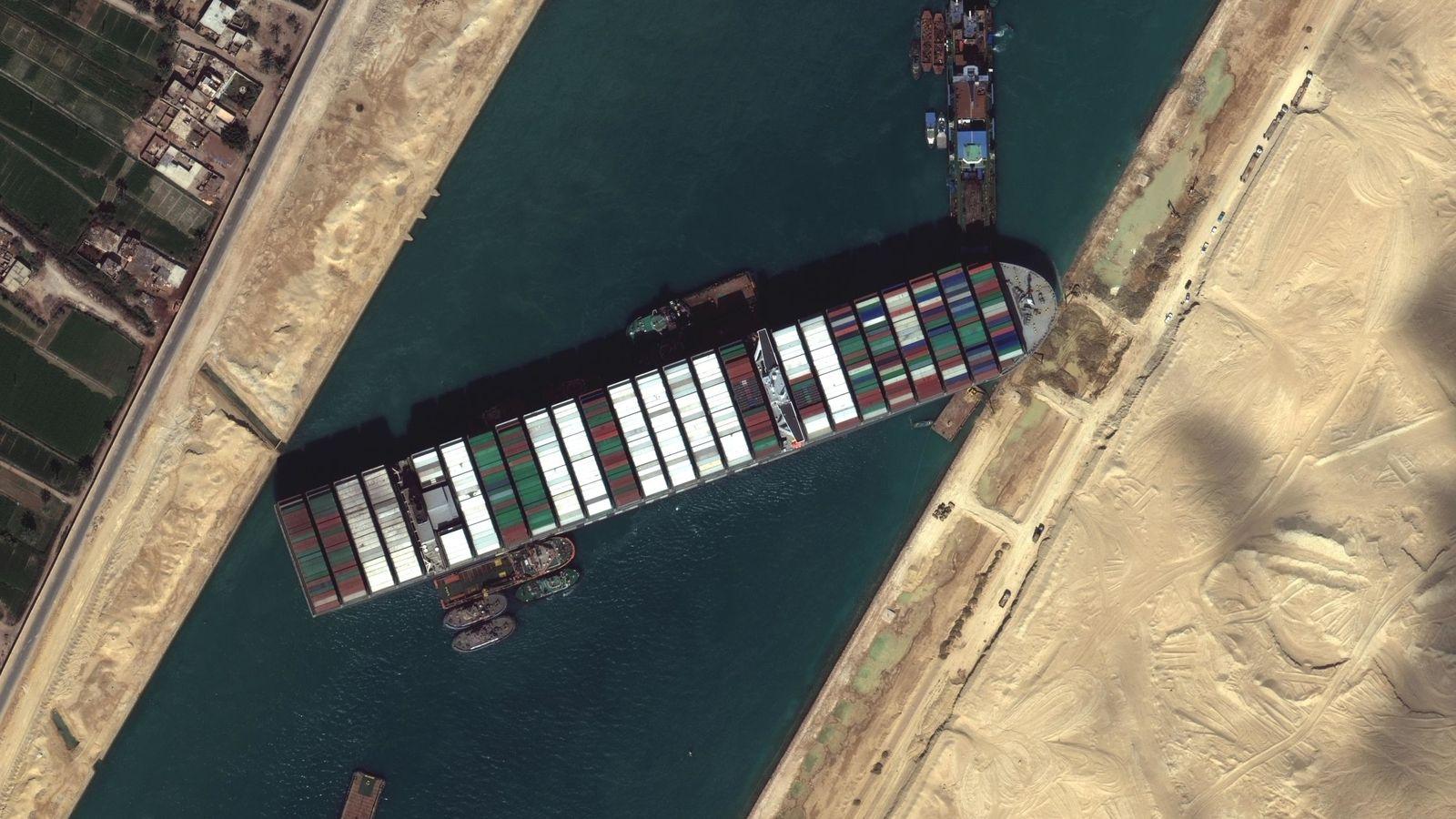 Egipto: Los trabajos de liberación del Canal de Suez fracasan y se retomarán este domingo