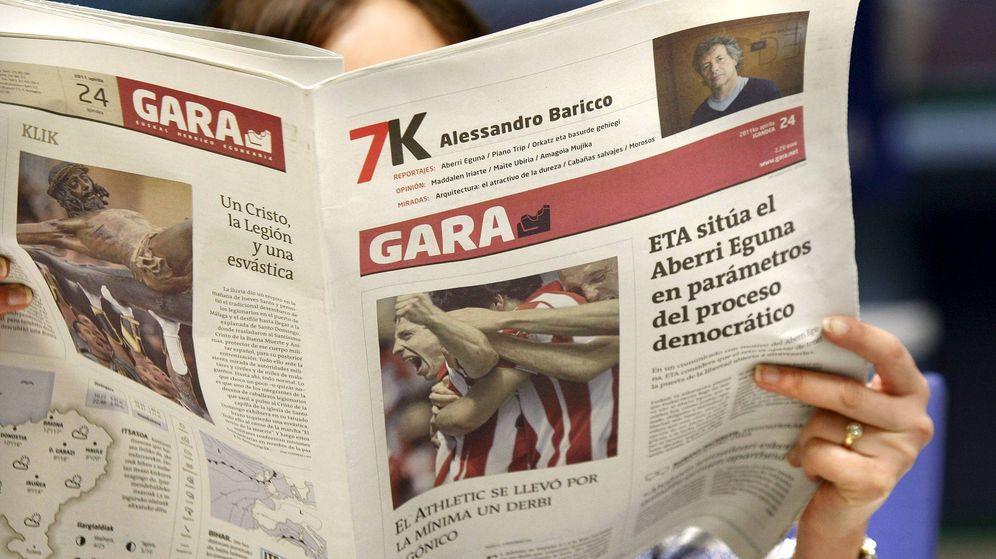 Foto: Una mujer lee el diario Gara, donde la organización terrorista ETA publica hoy un comunicado. (EFE)