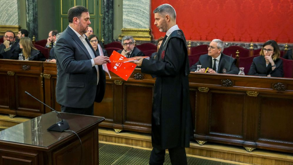 Foto: Junqueras intercambia documentos con su abogado, Andreu Van den Eynde. (Reuters)