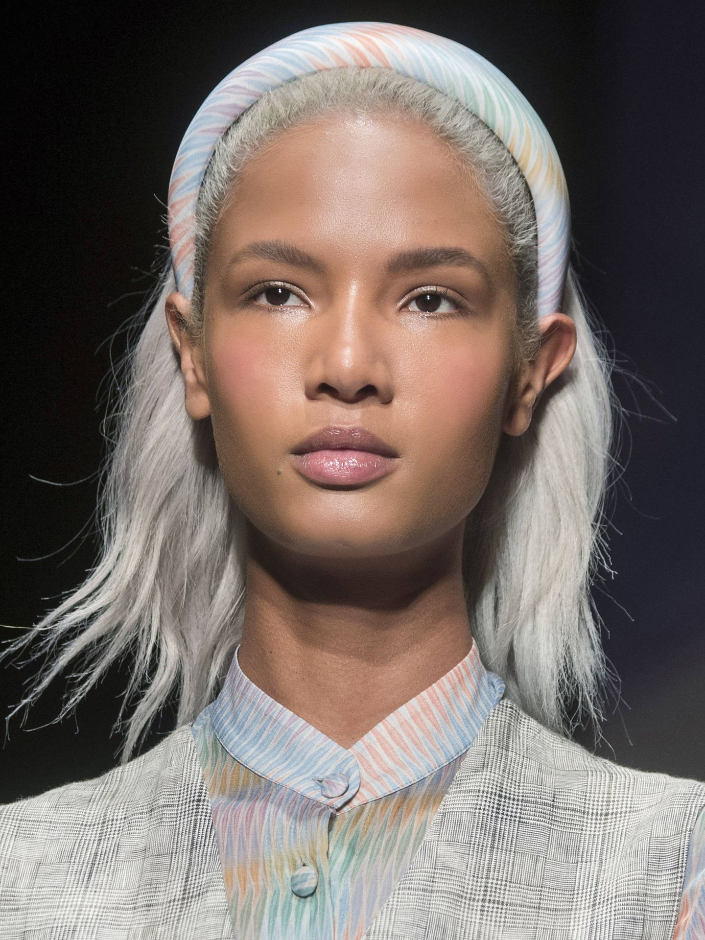 El grey blending es un balayage grisáceo especialmente indicado para los cabellos rubio platino. (Imaxtree)