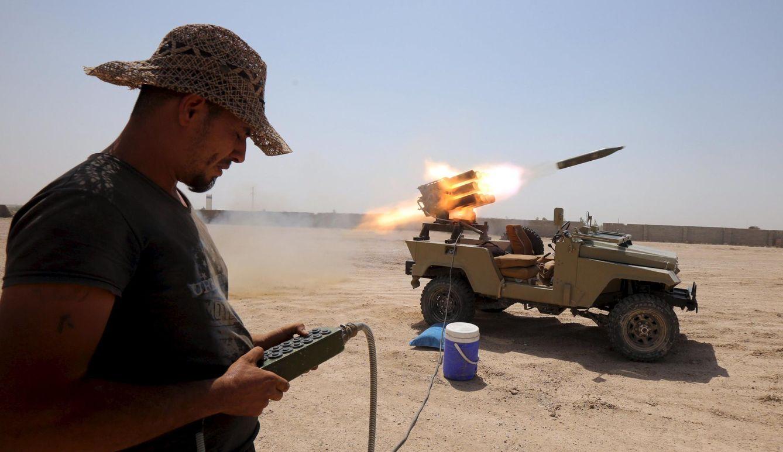 Foto: Un combatiente de una milicia chií lanza cohetes contra posiciones del ISIS en las afueras de Faluya, Irak (Reuters).