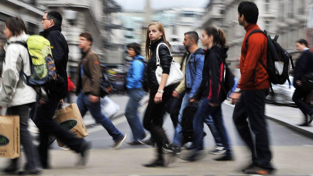 Foto: Jóvenes estudiantes en una calle de Londres, capital de Reino Unido. (Efe)