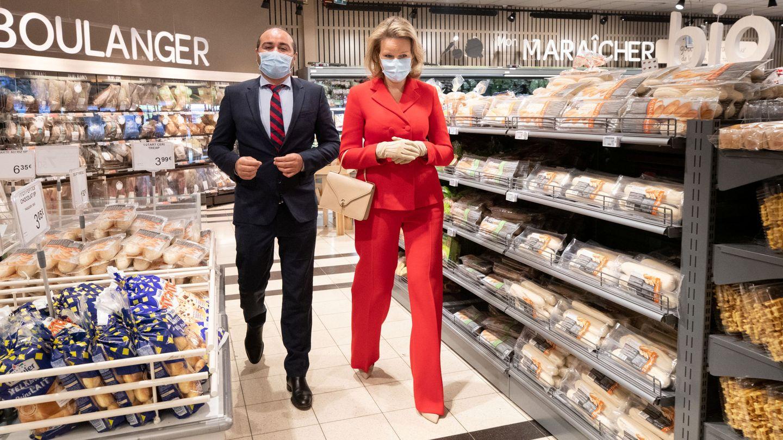 La reina Matilde de Bélgica, visitando Carrefour. (Reuters)