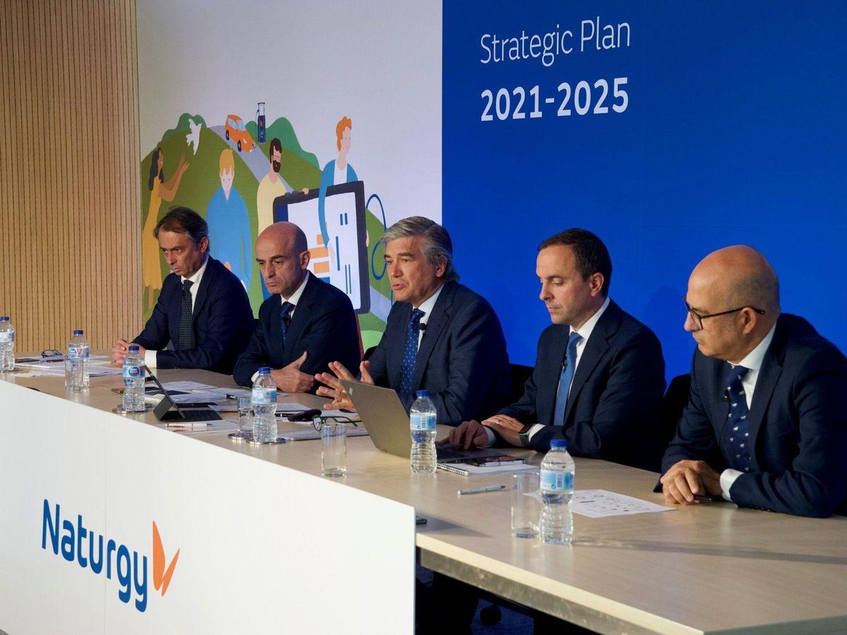 Foto: El presidente de Naturgy, Francisco Reynés (C), este miércoles durante la presentación del plan estratégico de la compañía. (EFE)