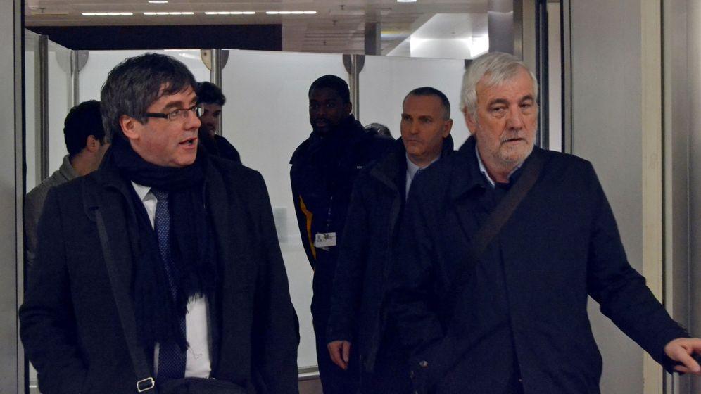 Foto: El expresidente de la Generalitat de Cataluña, Carles Puigdemont (i), junto al empresario Josep María Matamala (d), a su llegada esta noche al aeropuerto de Zaventem, en Bruselas. (EFE)