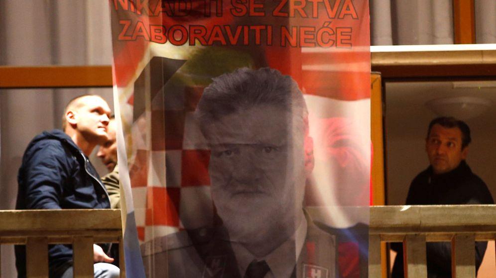 Foto: Imagen de Praljak en la que se puede leer 'Tu sacrificio no será olvidado' (Reuters)