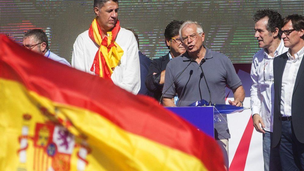 Foto: El exministro socialista Josep Borrell (c), al final de la manifestación convocada por Societat Civil Catalana. (EFE)