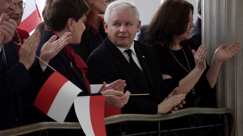 La Primera Ministra Beata Szydlo junto a Jaroslaw Kaczynski durante la ceremonia del Día Nacional de la Bandera, en el Parlamento de Varsovia el 2 de mayo de 2016 (Reuters)