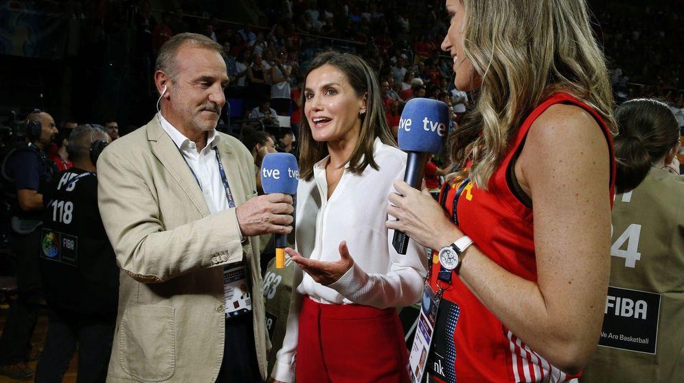 Foto: Nacho Calvo, la reina Letizia y Marta Fernández, en un momento de la entrevista. (EFE)