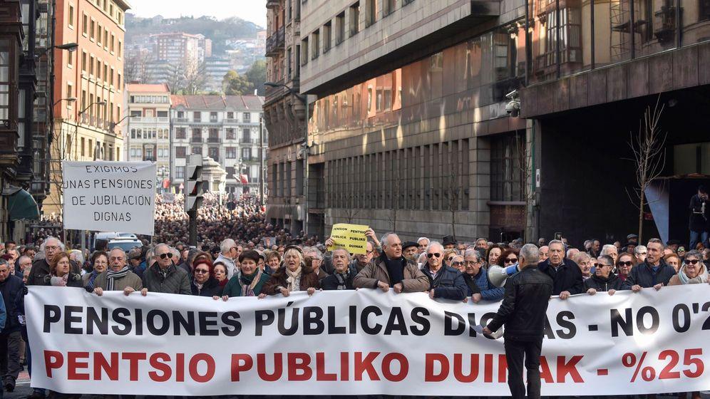 Foto: Miles de jubilados y pensionistas por las calles de Bilbao. (Efe)