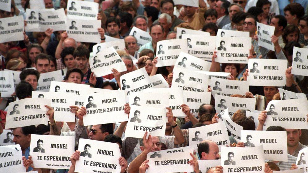 Foto: Fotografía de archivo del 11/7/1997 de la manifestación que miles de personas llevaron a cabo en Ermua (Vizcaya) para pedir la libertad de Miguel Ángel Blanco. (EFE)