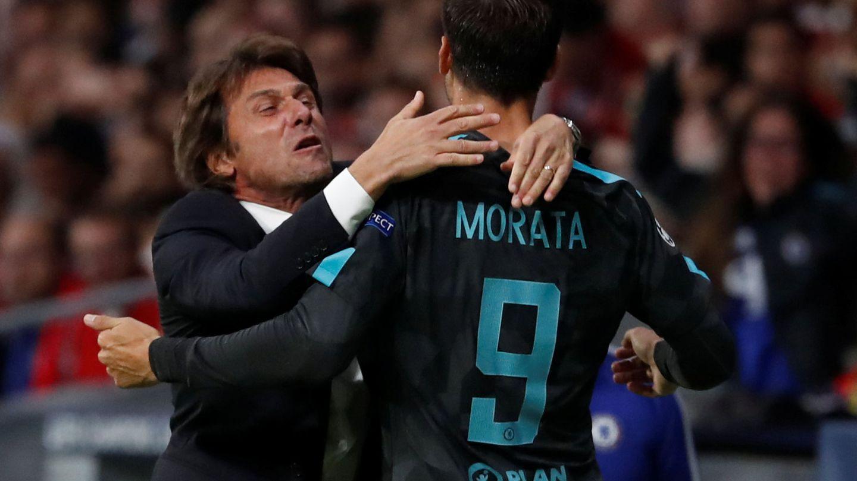 Antonio Conte abraza a Álvaro Morata. (Reuters)