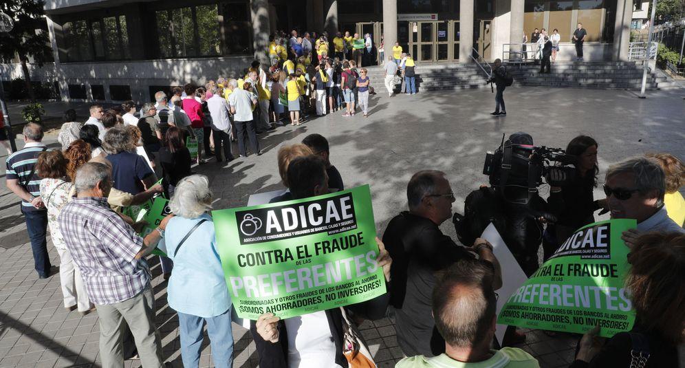 Foto: Afectados por las participaciones preferentes de Caja Madrid hacen cola frente a los juzgados. (EFE)