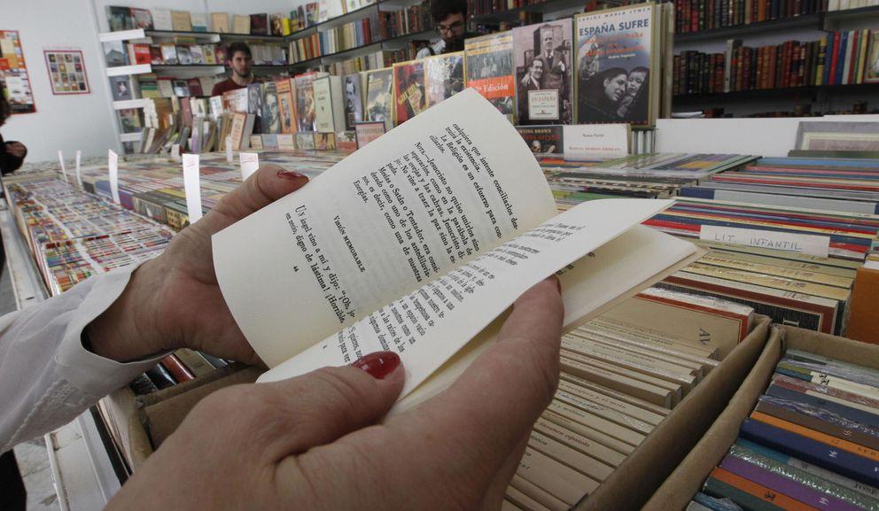 Foto: Una mujer hojea un libro en la 38 Feria del Libro Antiguo y de Ocasión. (EFE)