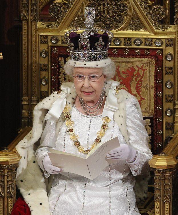 Foto: La reina Isabel II con la corona del Estado británico (Gtres)