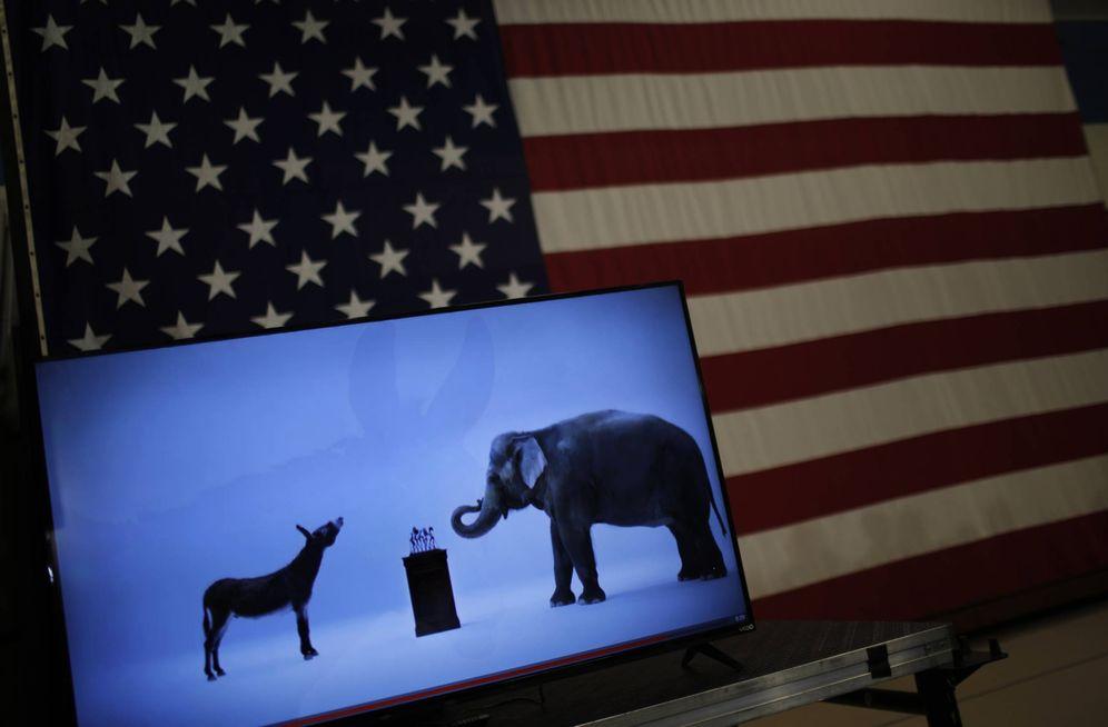 Foto: Las mascotas de los partidos Demócrata y Republicano en un vídeo durante la campaña presidencial de Hillary Clinton. (Reuters)