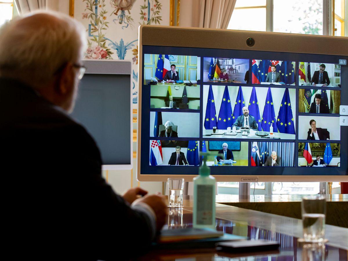 Foto: Asesores acompañan al presidente francés en una de las últimas videoconferencias de líderes europeos. (Reuters)