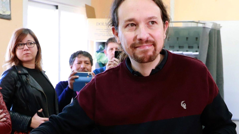 El líder de Podemos, Pablo Iglesias, vota en la mesa electoral del colegio Público de La Navata. (EFE)