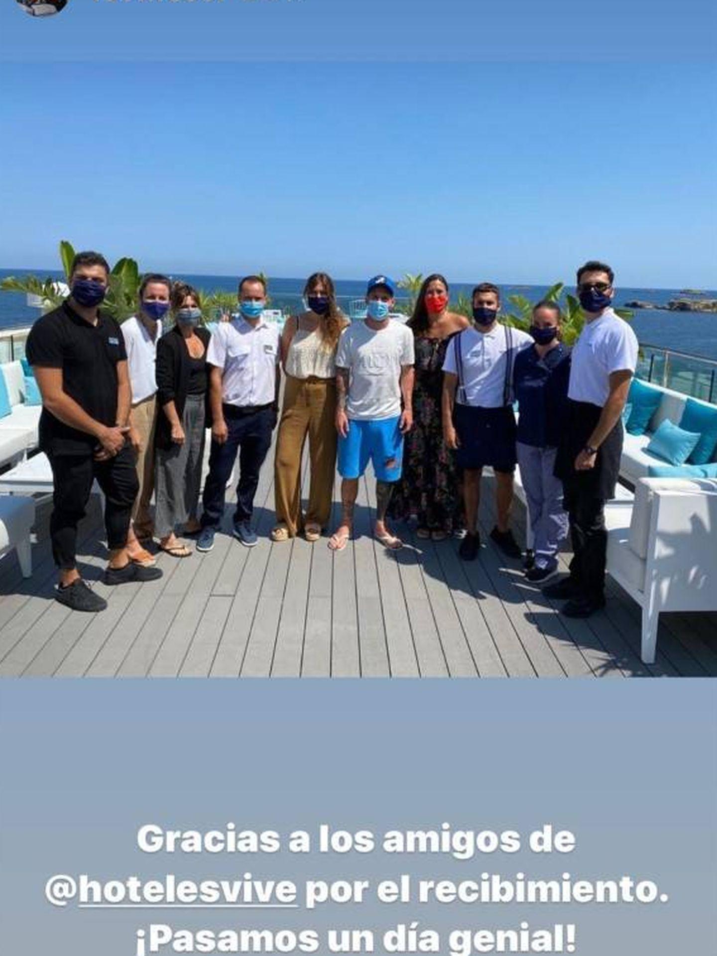 Messi, en Ibiza con los trabajadores de su hotel. (Instagram)