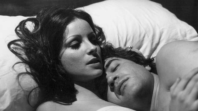 Amparo Muñoz y Patxi Andión, en una escena de la película 'La otra alcoba'.