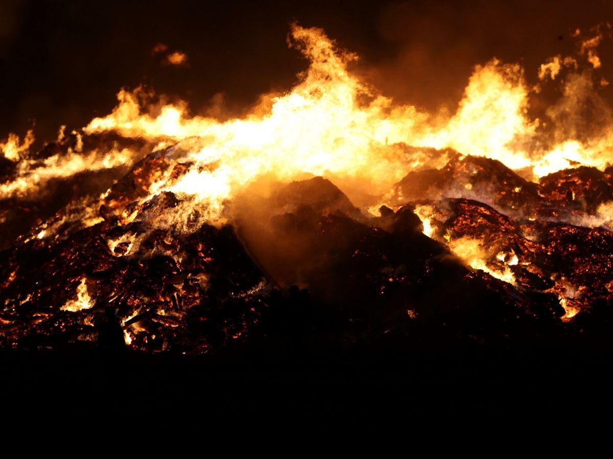 Foto: Incendio en una fábrica de compostaje en Madrid. (EFE)