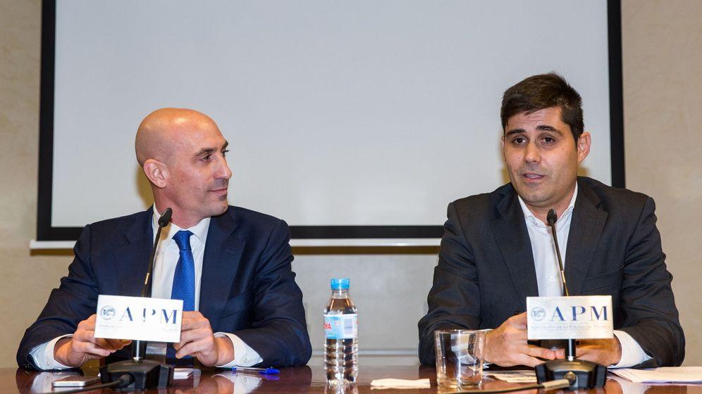 Foto: David Aganzo, junto a Luis Rubiales, el día que fue elegido presidente de AFE, precisamente tras la dimisión del ahora presidente de la RFEF. (EFE)