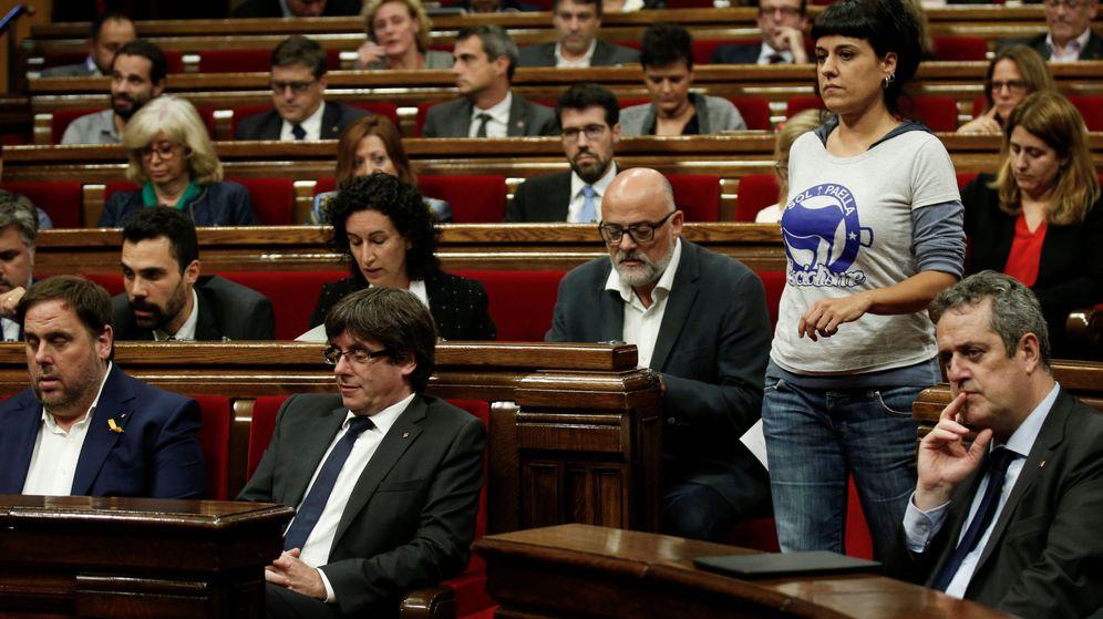 Foto: Carles Puigdemont, en su hasta ahora escaño del Parlament de Cataluña. (Reuters)