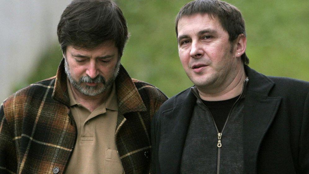 Foto: Arnaldo Otegi y el que fuera secretario general del sindicato 'abertzale' LAB Rafael Díez Usabiaga. (EFE)