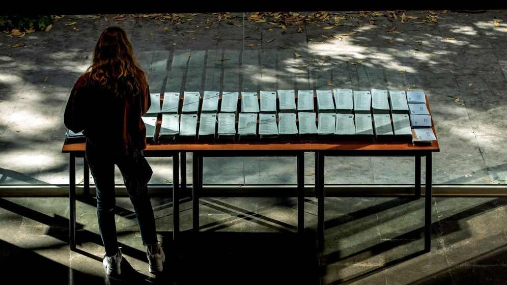 Foto: Una ciudadana escoge sus papeletas en el Centro Cívico Pere Pruna de Barcelona. (EFE)