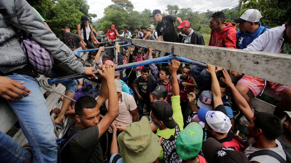 Foto: Decenas de migrantes hondureños montan en camiones para ser enviados de regreso a su país tras cruzar ilegamente a Guatemala como parte de una caravana, en Agua Caliente, el 17 de octubre de 2018. (Reuters)