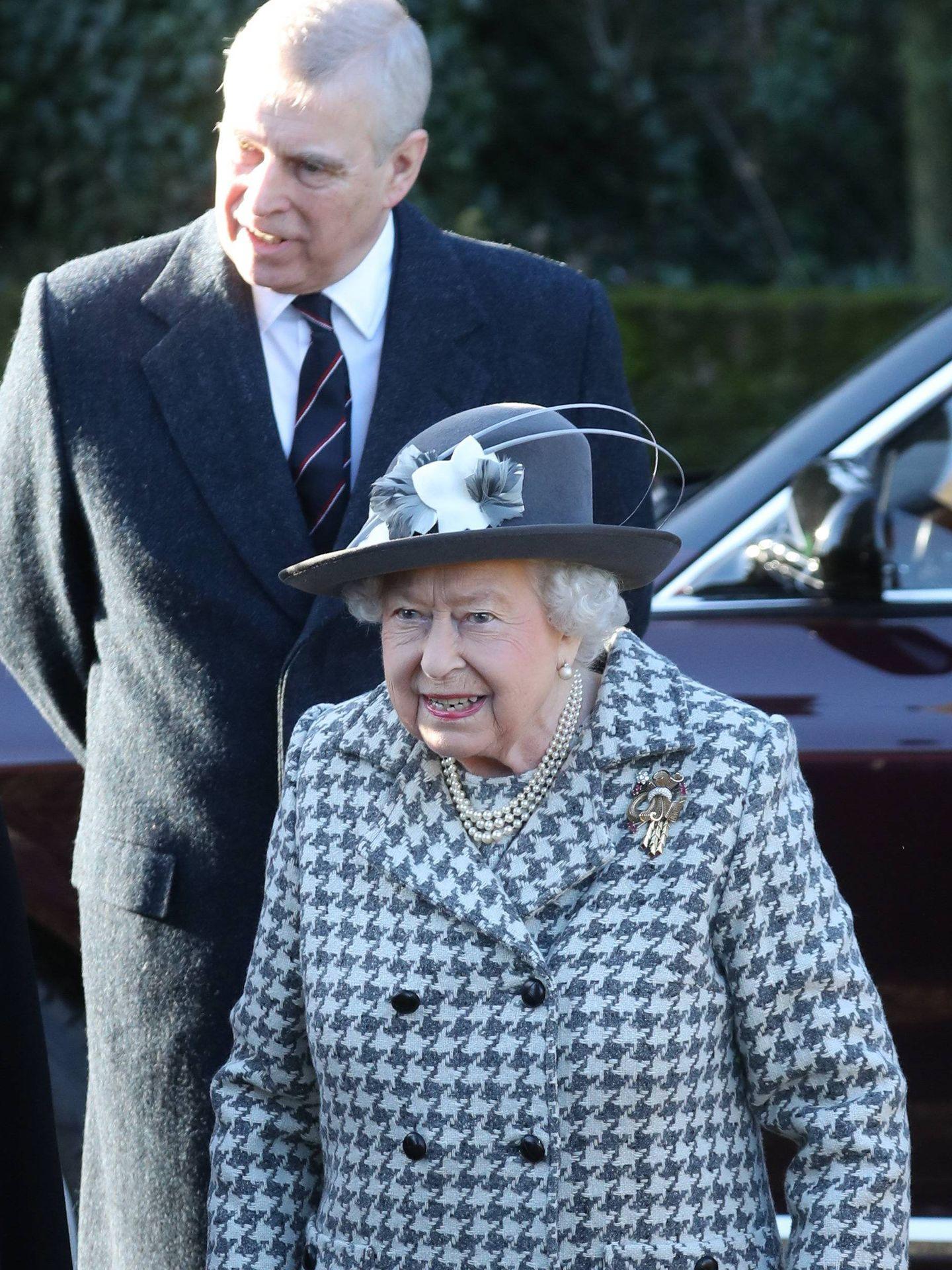 El príncipe Andrés y la reina Isabel II en una imagen de archivo. (Getty)