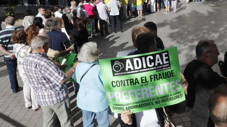 Afectados por las participaciones preferentes de Caja Madrid hacen cola para acceder al juzgado de lo Mercantil. (EFE)