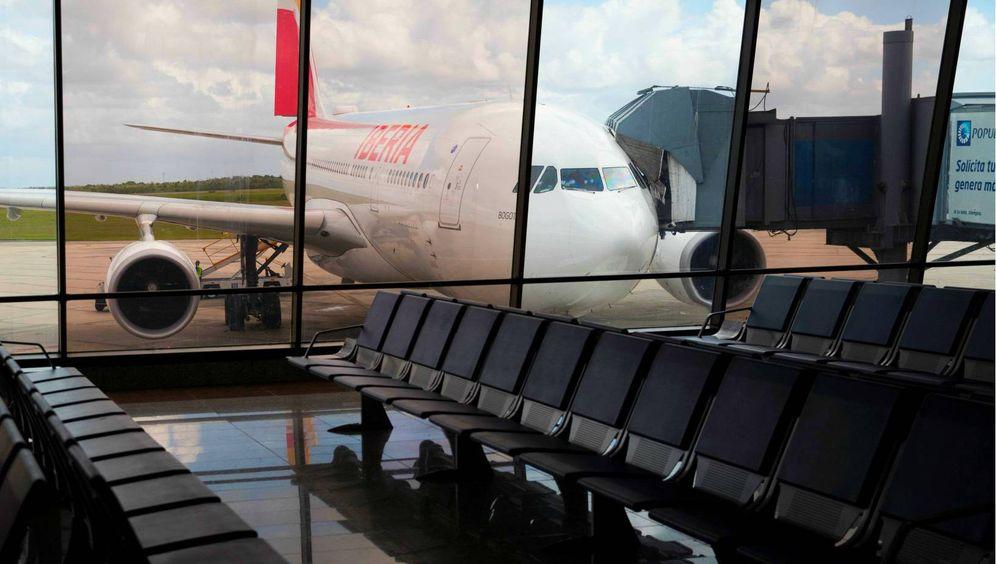 Foto: Un avión de Iberia en un aeropuerto vacío. (EFE)