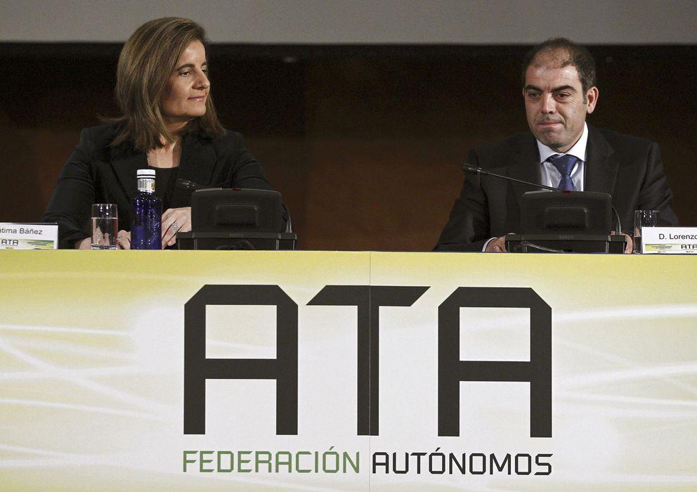 Foto: La ministra de Empleo, Fátima Báñez (i), acompañada por el presidente de ATA, Lorenzo Amor. (efe)